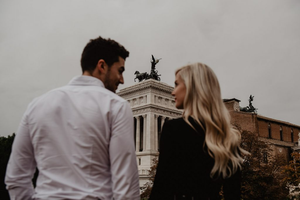 photoshoot of a couple with the background of the altar of the fatherland in Rome